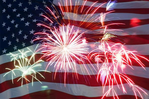 Bandera de Estados Unidos con fuegos artificiales