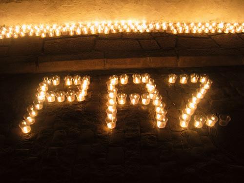 Letrero de Paz hecho con velas