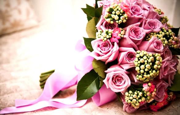 Ramo de rosas sobre la cama