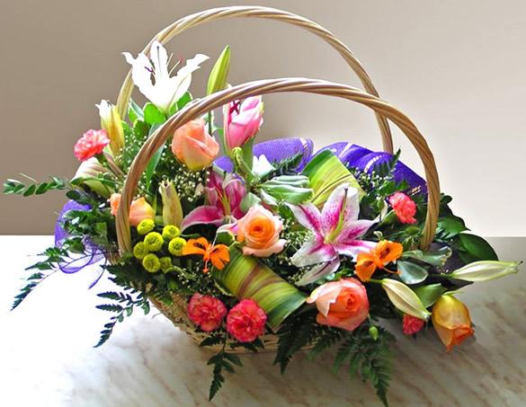 Bonito arreglo de flores en canasta