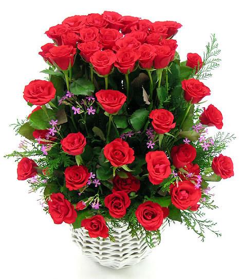 Arreglo de rosas rojas en canasta blanca