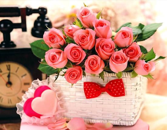 Ramo de rosas en canasta blanca